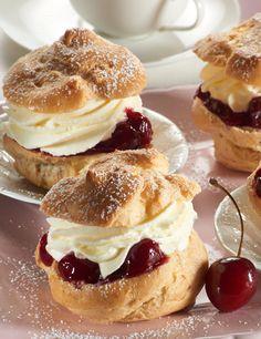 Windbeutel - Classic cream puffs with different fillings - Cupcake Recipes, Baking Recipes, Dessert Recipes, Mini Desserts, Sweet Desserts, Tapas, Profiteroles, Eclairs, Cream Recipes