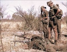 A member of the South African Defense Force's famous 32 Battalion trains regulars on the use of the Heckler and Koch general-purpose machine gun. Union Of South Africa, South African Flag, South African Air Force, Defence Force, African History, Special Forces, Military History, Warfare, Cold War