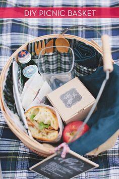 持ち手つきの丸いバスケットに、サンドイッチと、カトラリーやドリンクも一緒に入れて、ピクニックへ。