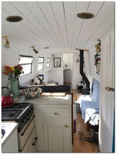 Barge Interior, Houseboat Living, Houseboat Ideas, Boat Decor, Floating House, Tiny House Movement, Mansions Homes, Boat Design, Cozy Living