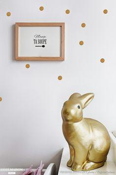 Vive le doré, que l'on retrouve aussi bien sur les stickers muraux que sur le lapin couleur or au premier plan. Les Stickers, 21st Century Homes, Gull, Home Decor Items, Great Places, Rabbit, Projects, Design, Parents