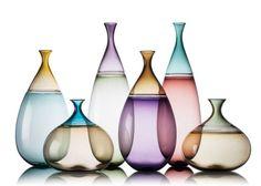 Bicolores, cada parte dos vasos Goccia (23 x 23 cm, 20 x 40 cm, 18 x 50 cm) é soprada separadamente e depois soldada manualmente para formar a peça. Da Vetro Vero, a partir de 1 200 dólares no e.shop.