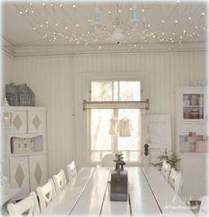 Elämää villa honkasalossa--loving the tiny lights above the table