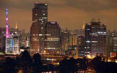 Sem a menor dúvida São Paulo é reconhecida por seu turismo de negócios. Históricamente São Paulo vem evoluindo e recebendo de braços abertos todos imigrantes e visitantes. Os mesmos que fundarame forneceramdemãoobra às indústrias no início do século XX, trouxeram sua cultura e fizeram de São Paulo seu lar. Toda esta miscigenação de línguas culturas e hábitos formou a maior metrópole multicultura brasileira.