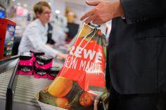 Müllvermeidung: Rewe stoppt Verkauf von Plastiktüten - SPIEGEL ONLINE - Wirtschaft Sustainable City, Environmental Pollution, Spiegel Online, Cities, Germany, City