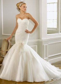 Simple & beautiful.  I truly HOPE I can pull of a fitted gown like this..