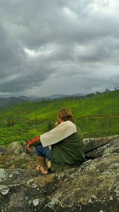 Explore the Hill Country and enjoy the breathtaking views of tea gardens. This is Haputale in Sri Lanka - Things to do in Sri Lanka. #SriLanka