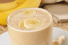 The great thing about smoothies is you can pack a lot of your daily nutrients into a glass like this chocolate peanut butter cup smoothie. Peanutbutter Smoothie Recipes, Peanut Butter Smoothie, Chocolate Peanut Butter Cups, Peanut Butter Banana, Banana Oatmeal Smoothie, Banana Drinks, Smoothie Mix, Orange Smoothie, Smoothies Banane
