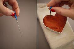 Filcowe nałokietniki, step 5. Wbijaj igłę w masę wełny, tak aby zaczęła się ze sobą mieszać