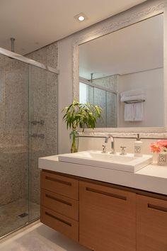Decoração de: Banheiro; espelho com moldura branca; Casa de Valentina