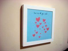 Quadro Love is All tam. 20x20cm na moldura branca.