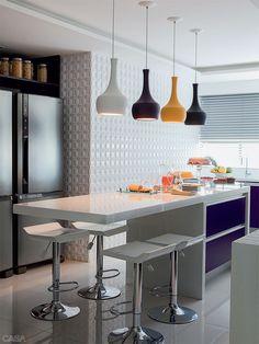 *~_ Ah que cozinha linda >.< adorei essas luminárias e as cores!   Apartamento de 320 m² em Recife / Andréa Calabria Arquitetura #kitchen #cozinha