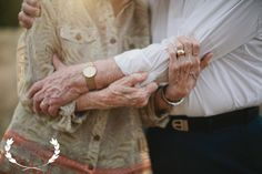 bettye and charles: married for 63 years and this is the cutest elderly couple photoshoot I& seen! so sweet Couples Âgés, Older Couples, Couples In Love, Older Couple Poses, Couple Posing, Couple Shoot, Couple Portraits, Older Couple Photography, Photography Couples