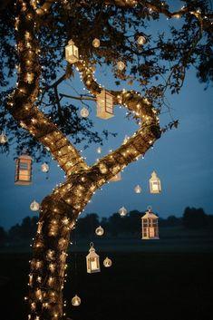 Varal de lâmpadas   Casamento iluminado é casamento ainda mais bonito e feliz! As luzinhas são tendência na decoração e aparecem em vários estilos de festa. Você gosta da ideia? Aproveite para se inspirar! Aqui, ambiente externo decorado com varal de lâmpadas na árvore. #wedding #casamento #weddingdecor #decoracaodecasamento #lights #varaldelampadas #modernwedding #tablescapes #mesaposta