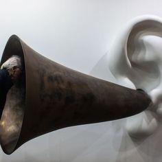"""Un visitatore osserva l'opera dell'artista John Baldessari """"Beethoven's Trumpet (With Ear) Opus # 133"""" esposta ad Art Basel a Hong Kong"""