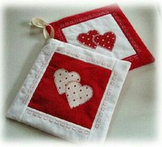 Creating for Hobbies: Creative Sewing: other pot holders for San Val .- Creare per Hobby: Cucito Creativo: altre presine per San Valentino Creating for Hobbies: Creative Sewing: other pot holders for Valentine& Day - Mug Rug Patterns, Quilt Patterns, Sewing Patterns, Sewing Crafts, Sewing Projects, Diy Crafts, Christmas Mug Rugs, Quilted Potholders, Scrap Material