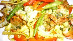 Verse tagliatelle met gamba's. Ingrediënten: mix van Himalayan zeezout, biologische olijfolie, verse basilicum, koriander, knoflook, hele pepers door de maalmolen [of zelf zeer fijn hakken] en een paar oregano [uit de vriezer dus gelijk gebruiken en niet laten ontdooien], gamba's [bevroren eerst minstens 3 uur in koud water laten staan], rode paprika en sperziebonen. Kook met liefde en alles zal smaken... Smakelijke groet, Tammy Wong Koken Met Specerijen