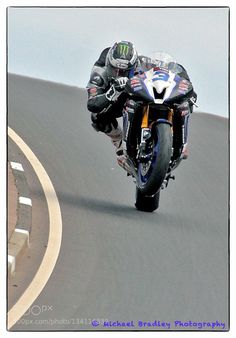 Michael Dunlop steering with the back wheel off the side of the bike Valentino Rossi, Gp Moto, Moto Bike, Motorcycle Outfit, Motorcycle Bike, Motorcycle Posters, Motorcycle Quotes, Zx 10r, Racing Motorcycles