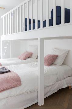 mezzanine avec le canapé et lit en bas