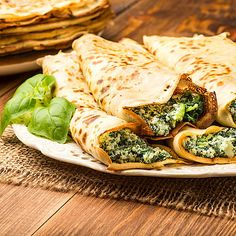 Low-carb pancakes with spinach and cream cheese filling - hearty pancake recipe - Low-carb pancakes with spinach and cream cheese filling Low-carb pancakes with spinach and cream ch - Vegetarian Meals For Kids, Best Vegetarian Recipes, Vegetarian Breakfast, Dinner Recipes For Kids, Veggie Recipes, Low Carb Recipes, Kids Meals, Pancakes And Bacon, Low Carb Pancakes