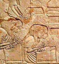En el Antiguo Egipto, los escribas eran los encargados de clasificar y copiar, es decir, eran administradores, contables y literatos que trabajaban en todos los campos. Para que nos hagamos una idea de su importancia, baste pensar que en un principio eran escogidos entre el entorno de la familia real.  https://www.facebook.com/anavaltierraarte/posts/1762912687355173