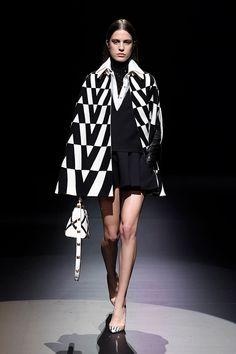 Fall 2021 Trend: Black & White [PHOTOS] – WWD Men Fashion Show, Fall Fashion Trends, Fashion News, White Outfits, Fall Outfits, Black White Photos, Black And White, What To Wear Fall, White Runway