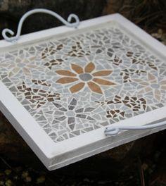 Dienblad, vierkant, mozaiëk Mosaic Tray, Mosaic Tiles, Diy And Crafts, Arts And Crafts, Mosaic Artwork, Mosaic Crafts, Mosaic Projects, Mosaic Patterns, Painted Rocks
