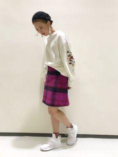 袖刺繍スリット入りプルオーバー ダブクロらしさ溢れる花柄の刺繍を袖に施したトップス。身頃が無地でシンプルなので、ピンクが目を惹くチェックのスカートを合わせました。ひざ丈のタイトスカートは、足元をスニーカーにしてラフに着こなすのがおすすめ。