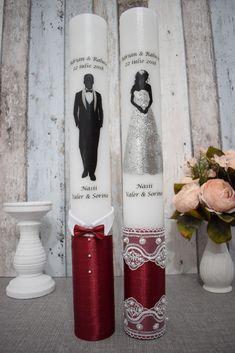 Lumanari de nunta cu mire si mireasa cu decor visiniu Wedding Unity Candles, Candels, Candle Set, Candle Making, Vodka Bottle, Monkey, Origami, Xmas, How To Make