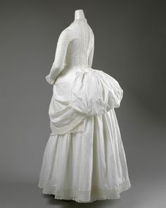 cotton summer dress ca. 1885 via The Costume Institute of The Metropolitan Museum of Art Vintage Outfits, Vintage Gowns, Vintage Mode, 1880s Fashion, Victorian Fashion, Vintage Fashion, Victorian Dresses, Victorian Era, Antique Clothing