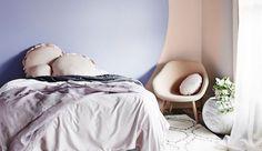 """[Inspiration Pinterest] """"Quelle couleur vais-je bien pouvoir sélectionner pour ma chambre à coucher, garante de mon sommeil et de mes rêves ?"""" C'est une question que tout le monde se pose au moins une fois dans son foyer. Pour vous aider dans ce dilemme cornélien, Côté Maison vous propose aujourd'hui 12 clichés triés avec soin sur le site web Pinterest. Deco Bobo, Slow Living, Home Bedroom, Bedrooms, My Room, Decoration, Comforters, Foyer, House Design"""