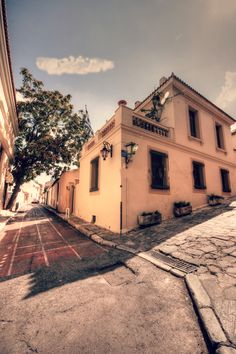 Traditional house in de old town of Anafiotika, Plaka, Athens, Attica_ Greece Attica Greece, Traditional House, Old Town, Athens, Countries, Old Things, Explore, Mansions, House Styles