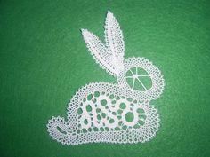 foto 15386280 v albumu klekljanje Bobbin Lace Patterns, Crochet Patterns, Easter Bunny Crochet Pattern, Bruges Lace, Lacemaking, Lace Heart, Parchment Craft, Point Lace, Lace Jewelry