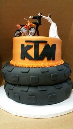 Dirt bike grooms cake with a little mud on the wedding for Decoration ktm
