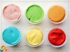 Como a criançada ama aquela famosa Play Doh, vou passar pra vocês hoje uma receita super fácil de massinha caseira