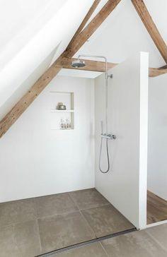 Une salle de bain sous combles