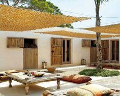 Toiles d'ombrage ajourées en filets pour un patio frais même l'été. Laveleria