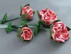 Chaveiro com rosas de fuxico e folhas de biscuit. Pode ser usado como chaveiro ou pinjente de bolsa R$ 29,00