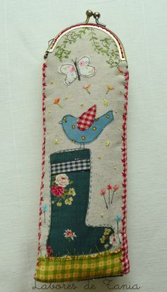 Labores de Tania: ¡Uf que calor! ...funda para abanicos. Frame Purse, Cosmetic Pouch, Glasses Case, Machine Embroidery, Sewing Patterns, Coin Purse, Tapestry, Diy Crafts, Purses