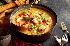 La Moqueca si cucina tagliando le cipolle a fette sottili ed i pomodori ed il peperone a rondelle mentre a parte disporremo il pesce a cui uniremo il...