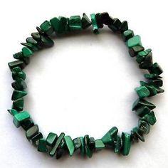 """MykGemas. La malaquita es un carbonato de cobre que se encuentra en estado natural y cristaliza en formas prismáticas o tubulares alargadas.Posee un 57,0% de cobre. Su nombre proviene del latín""""malachite""""...."""