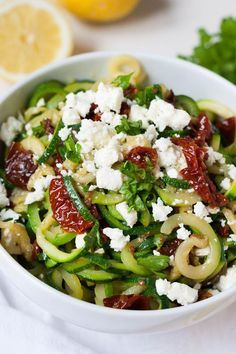 Low carb zucchini spaghetti with dried tomatoes and feta zucchini spaghetti . - Low carb zucchini spaghetti with sun-dried tomatoes and feta Zucchini spaghetti with sun-dried toma - Zucchini Spaghetti, Spaghetti Recipes, Low Carb Recipes, Healthy Recipes, Drink Recipes, Clean Eating, Healthy Eating, Dried Tomatoes, Healthy Drinks