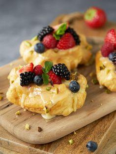 Eclairs met fruit en witte ganache - Dishcover Ingrid, Eclairs, Miss Piggy, Food Decoration, Edamame, Waffles, Cheesecake, Breakfast, Ethnic Recipes