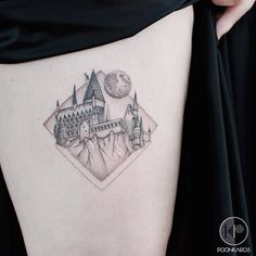 Hogwarts Castle from Harry Potter, perfect tattoo by artist Karry Ka-Ying Poon Burg Tattoo, Hp Tattoo, Body Art Tattoos, Small Tattoos, Cool Tattoos, Tatoos, Fake Tattoos, Tattoo Drawings, Hogwarts Tattoo
