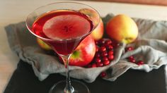 John's (Rachael Ray's husband) Cran-Apple Cosmo (apple infused vodka, organic cranberry juice, home-made cinnamon simple syrup, topped with hard cider, with apple slice for garnish) Pomegranate Cocktails, Festive Cocktails, Holiday Drinks, Christmas Cocktails, Holiday Treats, Drinks Alcohol Recipes, Yummy Drinks, Yummy Food, Alcoholic Beverages