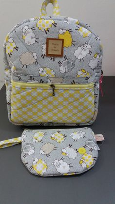 Mochila infantil e estojo. Patchwork Bags, Fabric Crafts, Saddle Bags, Hand Sewing, Couture, Lunch Box, Backpacks, Purses, Handmade