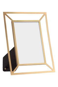 Marco fotográfico de metal: Marco fotográfico rectangular de metal con soporte de pie detrás. Para fotografías de hasta 9,5x14,5 cm. Medidas del marco 17x21 cm.