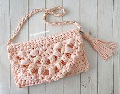 Bolso clutch tejido en una pieza en trapillo con crochet XL Crochet Flowers, Crochet Lace, Crochet Stitches, Crochet Patterns, Crochet T Shirts, Crochet Crop Top, Crochet Bag Tutorials, Crochet Projects, Crop Top Pattern