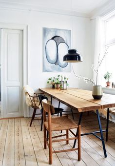 DIY art, homemade furniture, beautiful plants and vintage finds : Linnea Jakobsen has filled his C. DIY art, homemade furniture, beautiful plants and vintage finds : Linnea Jakobsen has filled his C. Decoration Bedroom, Room Decor, Table Plancha, Gravity Home, Homemade Furniture, Traditional Interior, Trendy Home, Dining Room Design, Dining Room