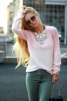 How to Chic: GIRLY STYLE: PINK SWEATER - STATEMENT NECKLACE